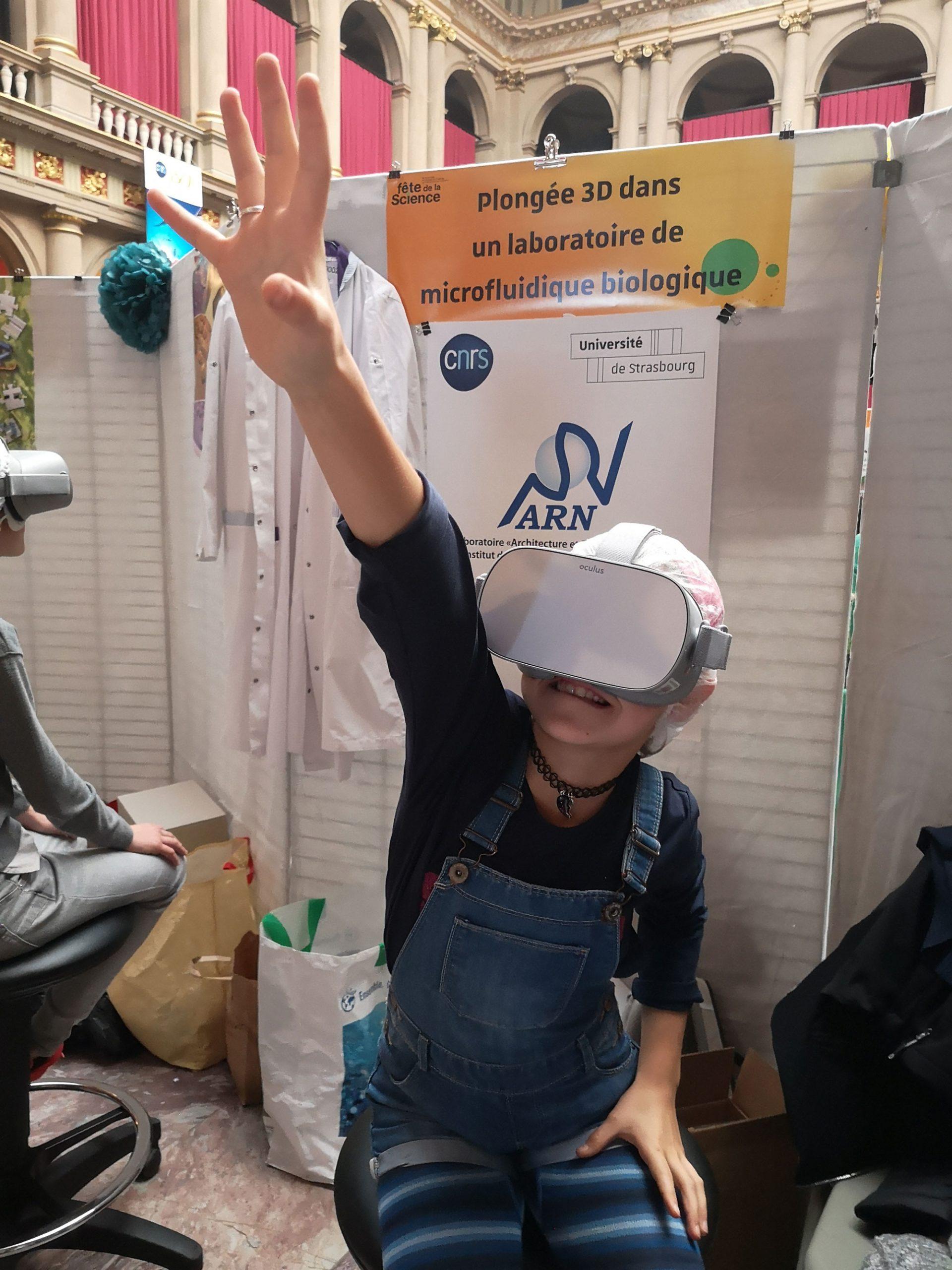 photo d'une petite fille avec un casque VR