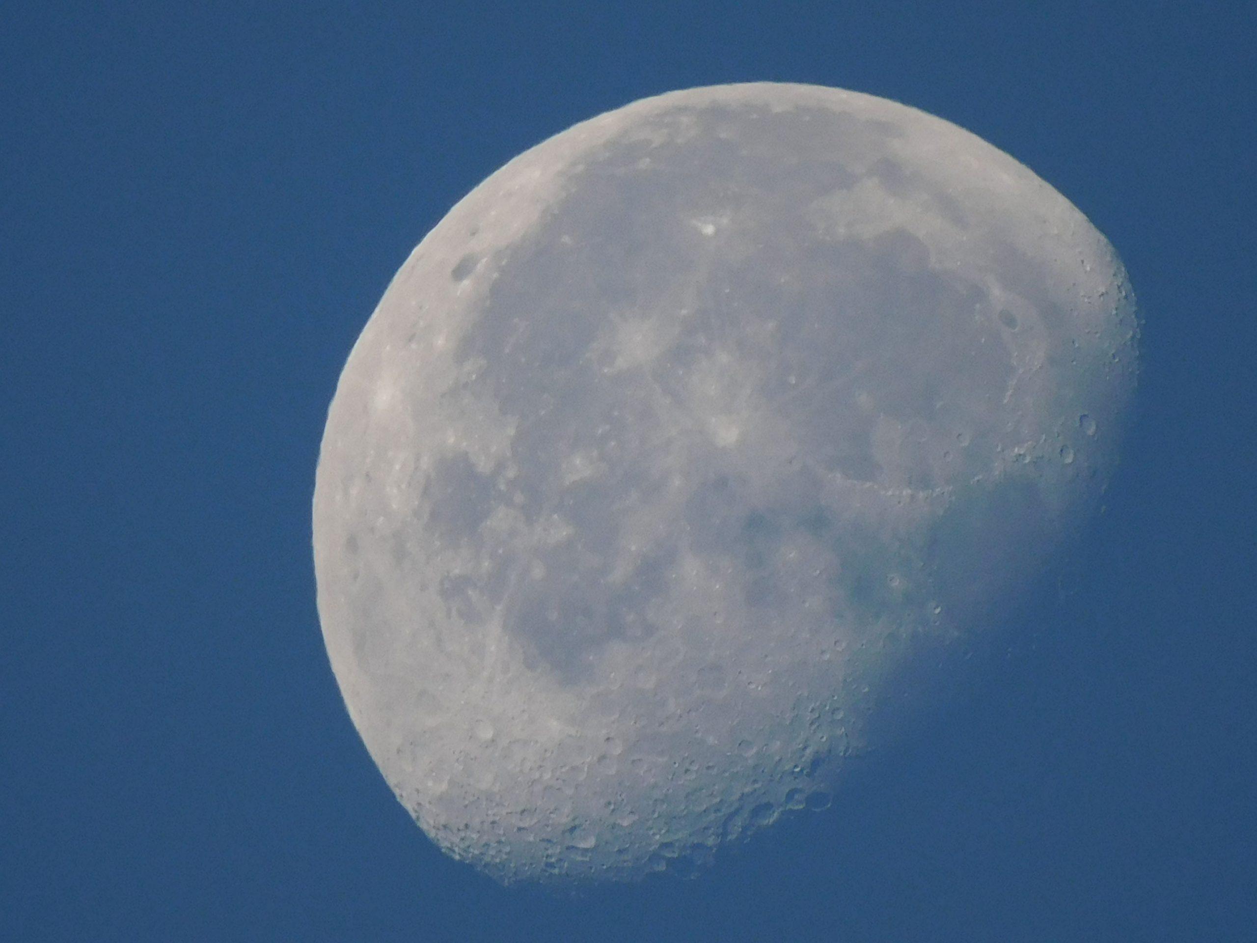 Photo d'une lune de jour